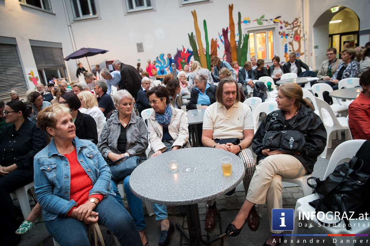 'Die Dinner Party' im Innenhof des Ferdinandeums, Theater im Keller Sommerproduktion - 010