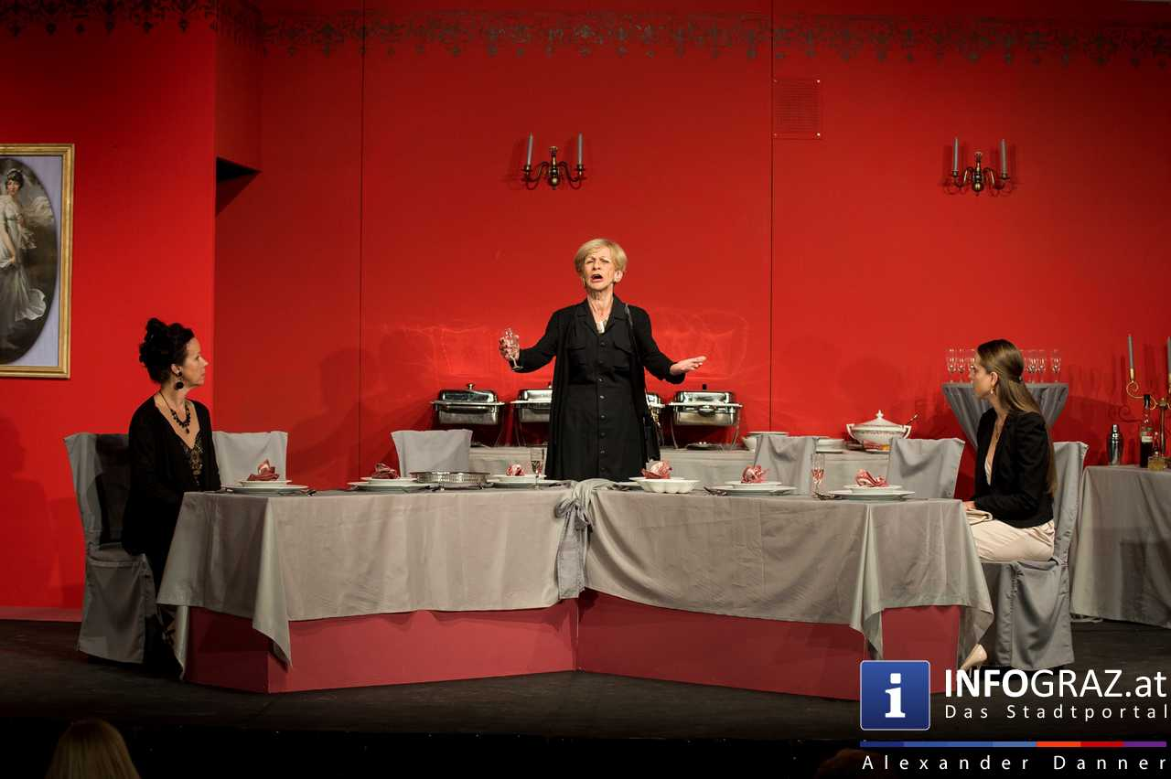 'Die Dinner Party' im Innenhof des Ferdinandeums, Theater im Keller Sommerproduktion - 058