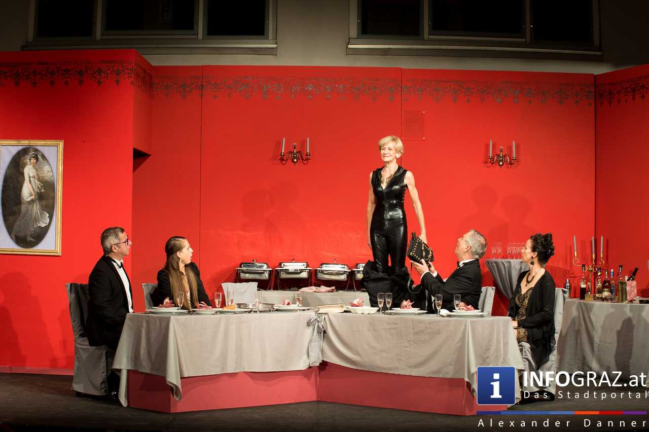 'Die Dinner Party' im Innenhof des Ferdinandeums, Theater im Keller Sommerproduktion - 073