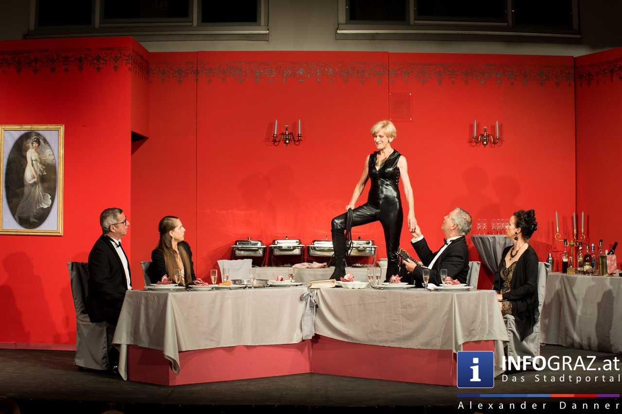 'Die Dinner Party' im Innenhof des Ferdinandeums, Theater im Keller Sommerproduktion - 074