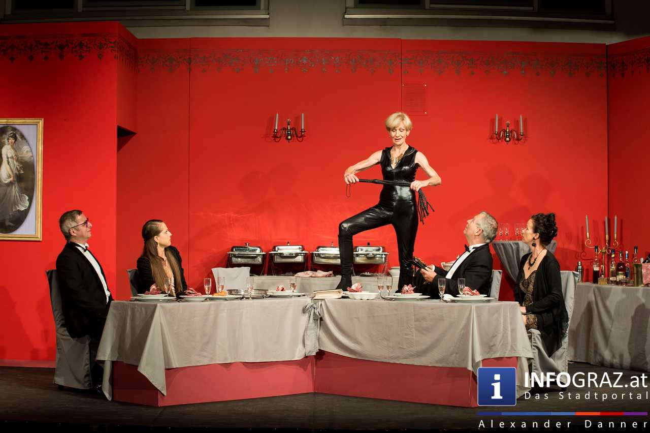 'Die Dinner Party' im Innenhof des Ferdinandeums, Theater im Keller Sommerproduktion - 075