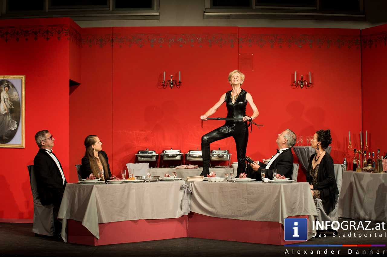'Die Dinner Party' im Innenhof des Ferdinandeums, Theater im Keller Sommerproduktion - 076